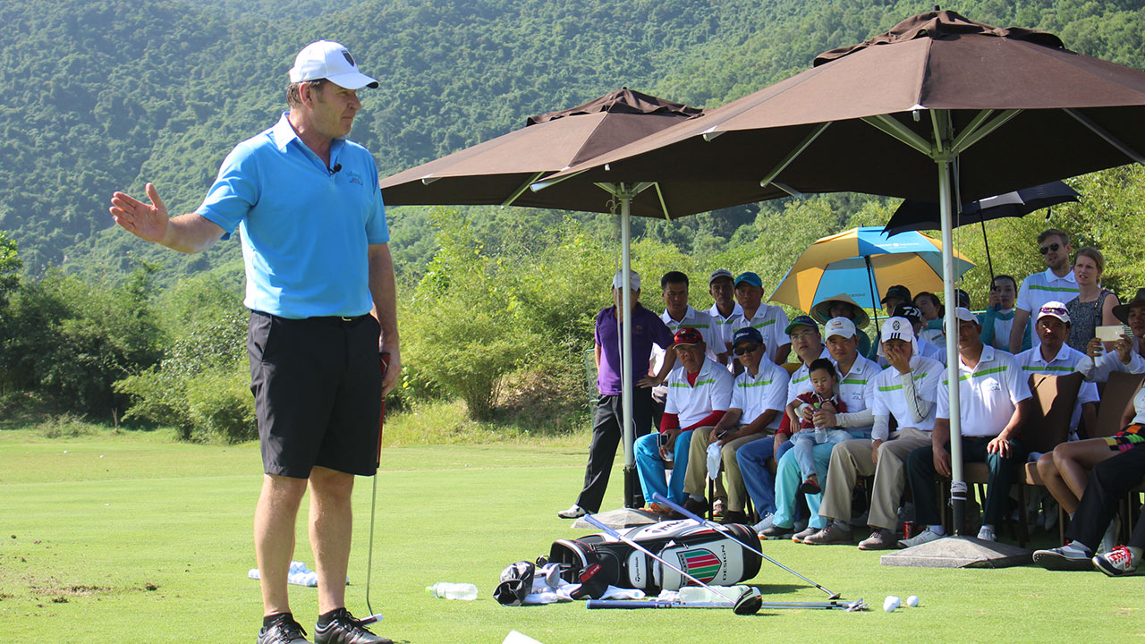 Sir-Nick-Faldo-conducting-an-exclusive-golf-clinic-at-Laguna-Golf-Lăng-Cô