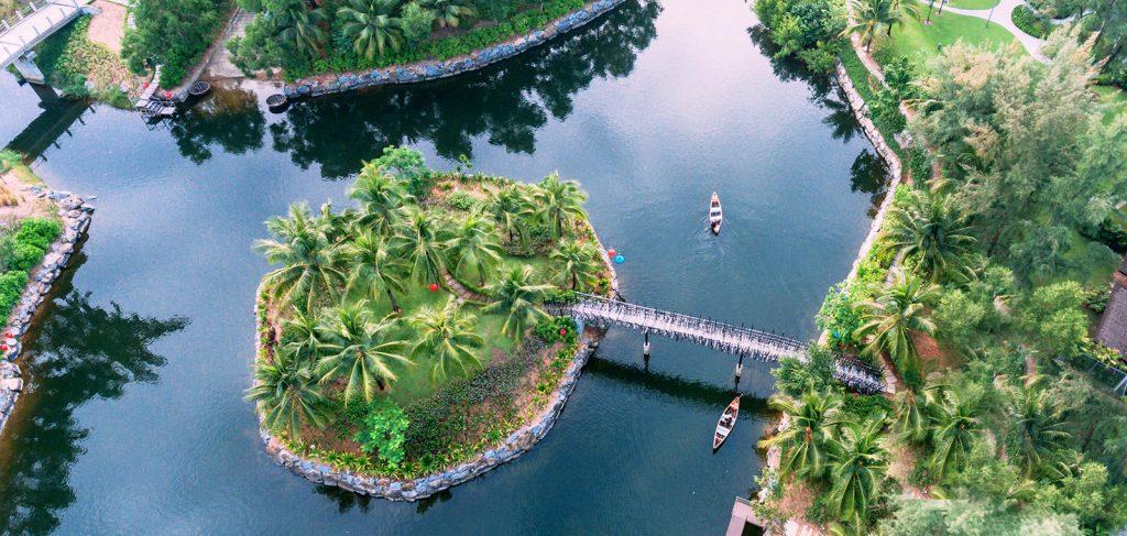 Đi thuyền dọc kênh đào Laguna Lăng Cô