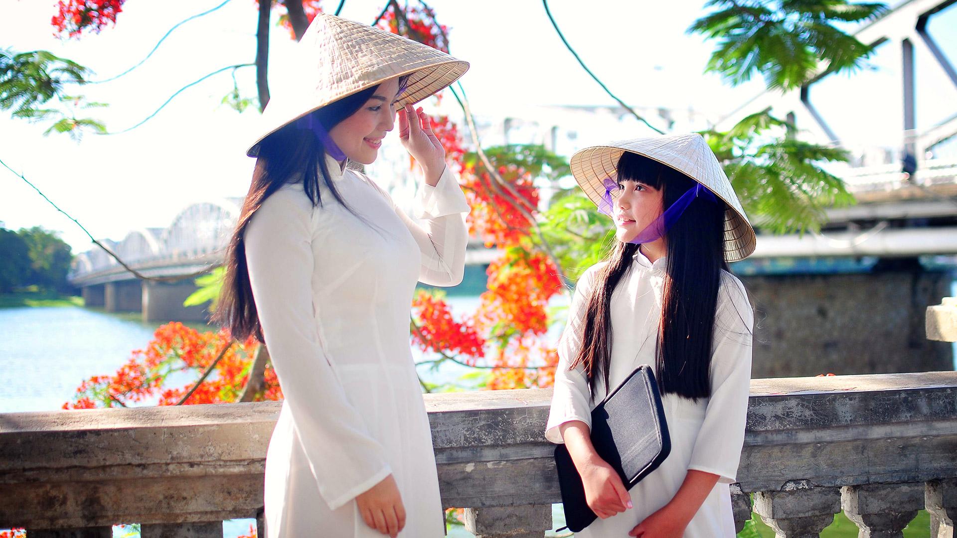 Cô gái Huế với Áo dài và chiếc nón Bài Thơ