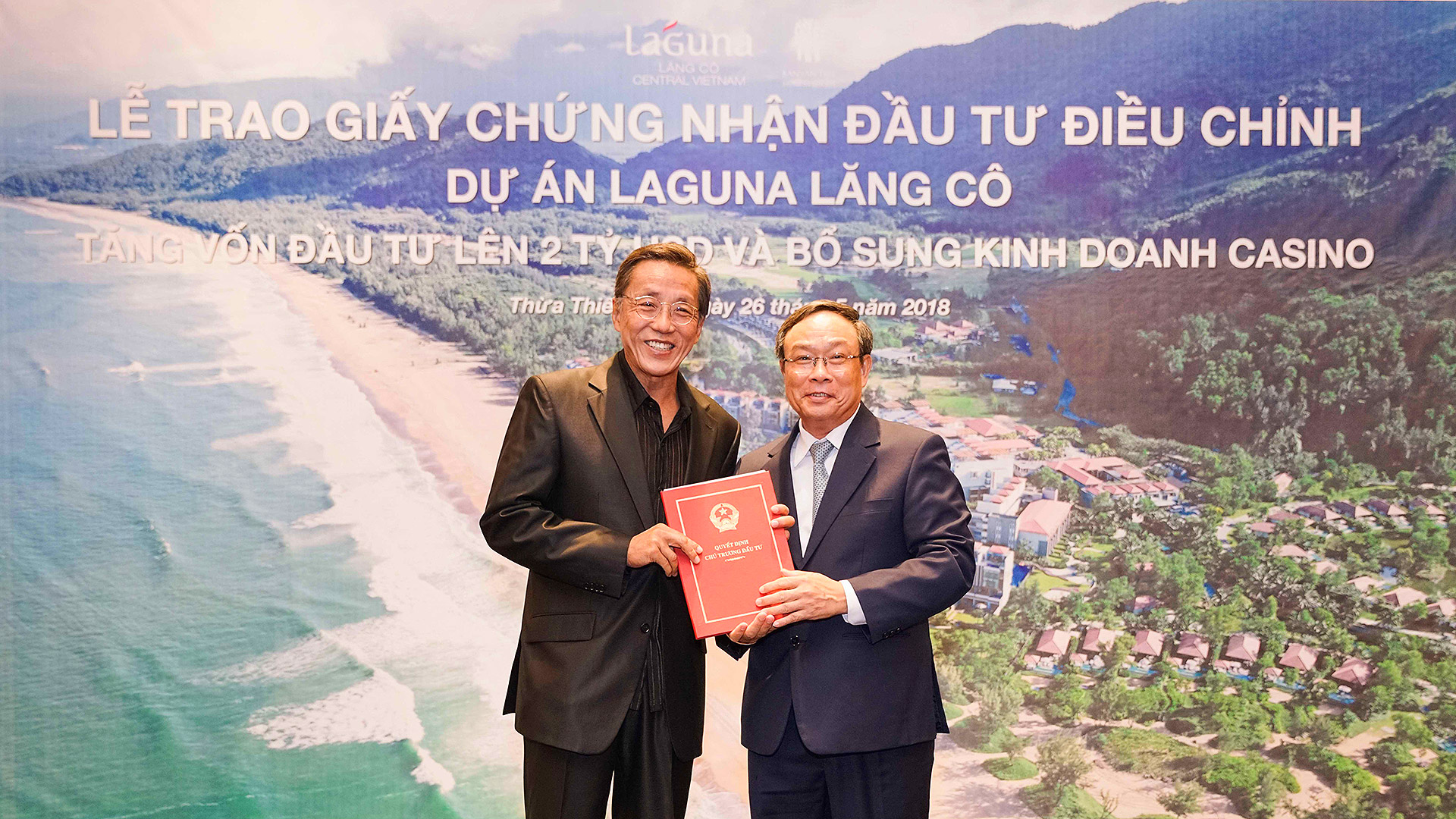the casino license were presented by Chairman of the Provincial People's Committee Mr Nguyen Van Cao to Executive Chairman of Banyan Tree Holdings Mr Ho Kwon Ping at Laguna Lăng Cô