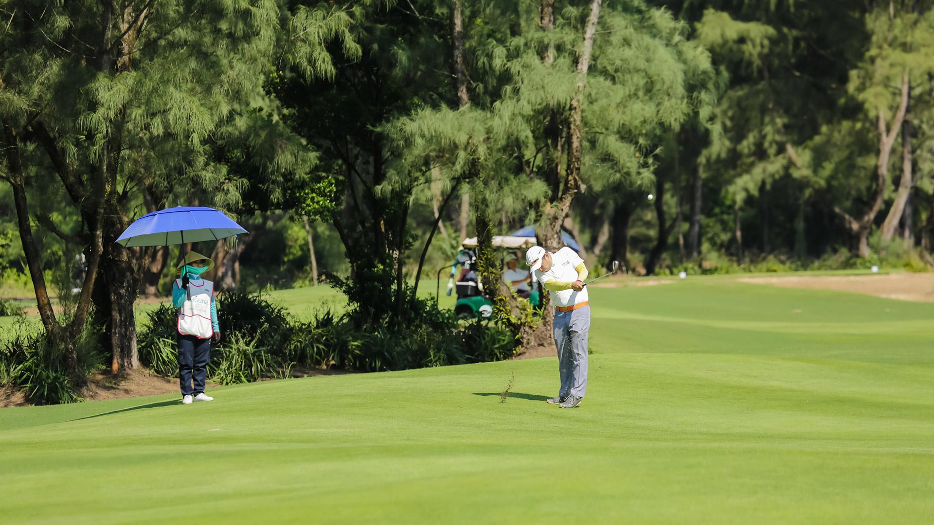 Một gôn thủ đang tranh tài tại giải golf Swing for the Heart 2018 diễn ra tại Laguna Golf Lăng Cô