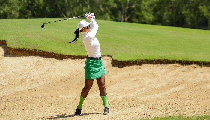 Cựu siêu mẫu Thúy Hằng đang tranh tài tại giải golf từ thiện Swing for the Heart 2018 tại sân Laguna Golf Lăng Cô