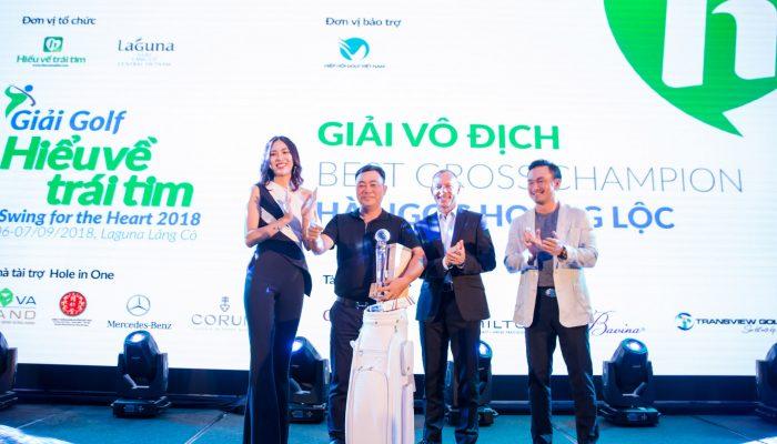 Ông Gavin Herholdt, Giám đốc điều hành Khu phức hợp nghỉ dưỡng Laguna Lăng Cô and diễn viên Chi Bao, người sang lập Quỹ Hiểu về trái tim trên sân khấu lễ trao giải Swing for the Heart 2018