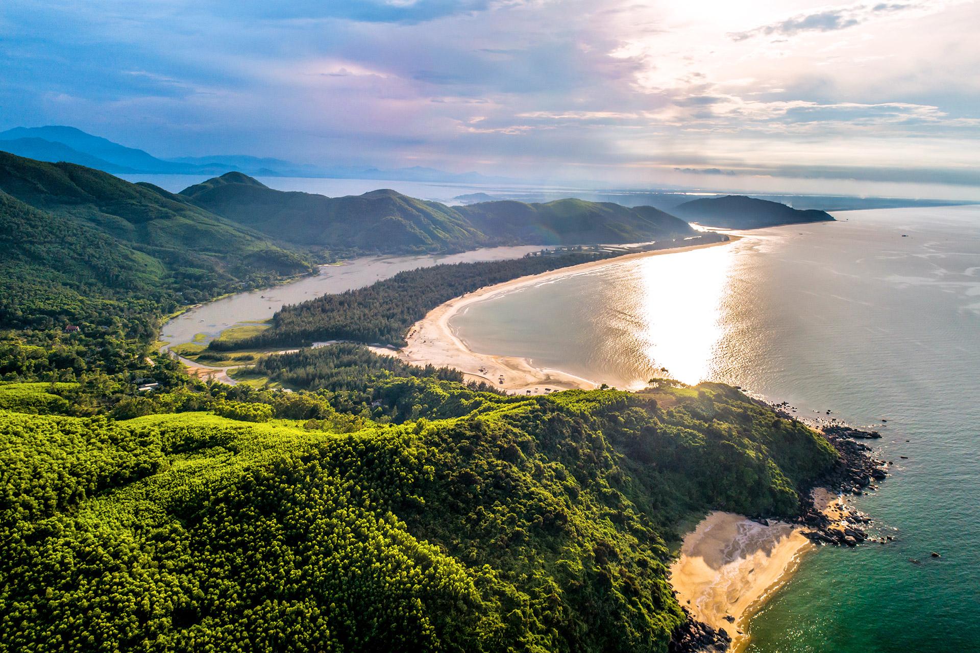 Vẻ đẹp nguyên sơ của vịnh Lăng Cô