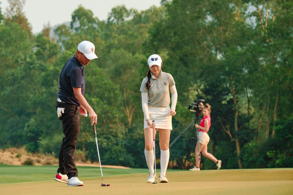 Chen Ting-yu and Chang Hsin-chiao prepare to putt during the play-off